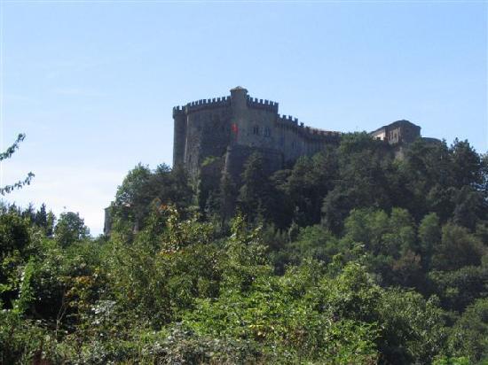 Fosdinovo, İtalya: castello visto da lontano