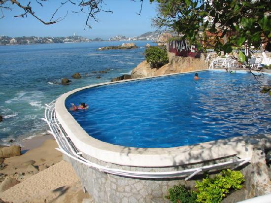 Holiday Inn Resort Acapulco: one of the two pools (morning)