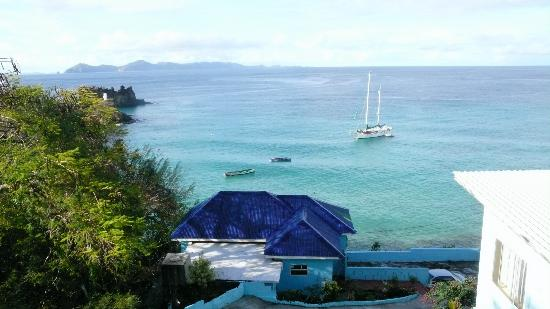 Tranquillity Beach Apartment Hotel: View from the terrasse Bequia in the background