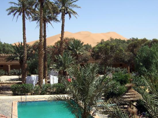 Kasbah Le Touareg: Pool von Hotel mit Blick auf die Dünen
