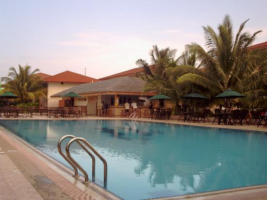 Hulhule Island Hotel: hulule pool/pool bar