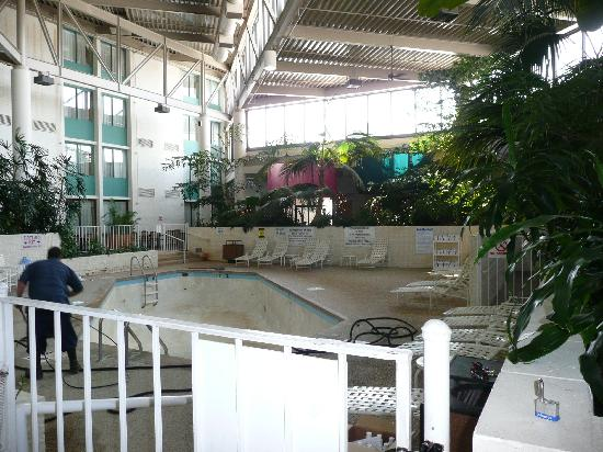 Holiday Inn Bloomington - Airport South: pool area-empty for maintenance