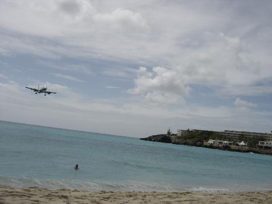 Maho Beach: Plane coming in..