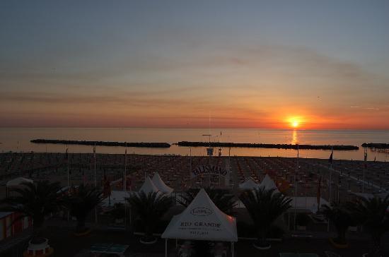 Hotel Villa Mauri : Sonnenaufgang: Blick vom Hotelzimmer auf Strand und Meer