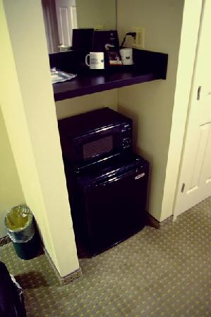 Wingate by Wyndham Schaumburg / Convention Center: Coffee pot, microwave, and refrigerator