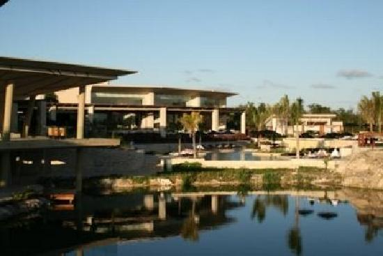 Rosewood Mayakoba: Front desk, restaurant, pool, and lagoon