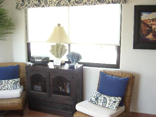 Royal Palms Condominiums: living room