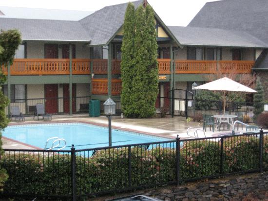 BEST WESTERN Windsor Inn: Exterior with pool