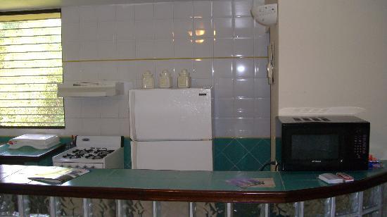 Crystal Suites: Cocina, vajilla, cubiertos, microondas, nevera