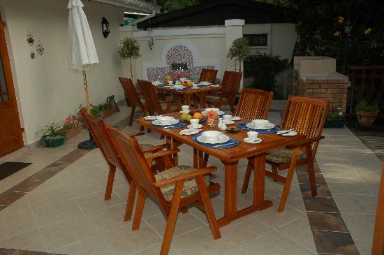 Candlewood Lodge: breakfast laid out on the patio
