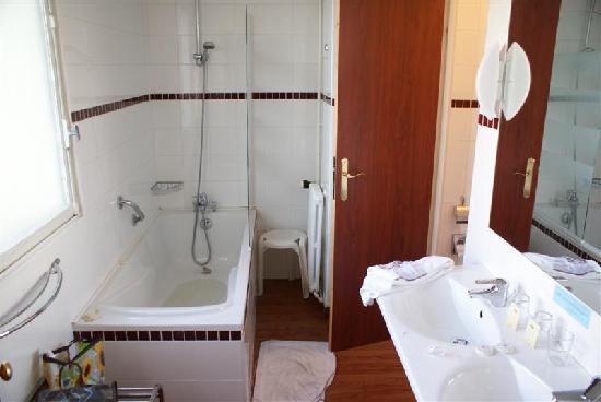 Hotel Bristol: Double basin bathroom