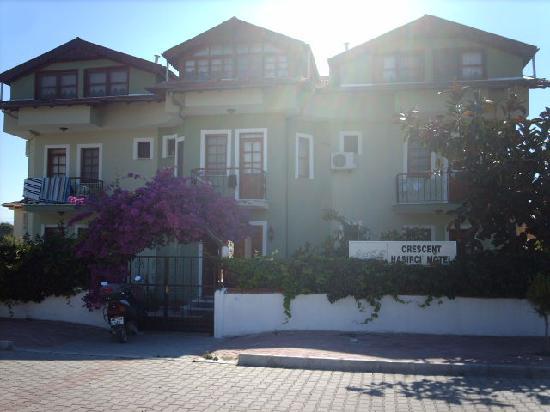 Crescent Hasirci Hotel & Villas: hotel from road