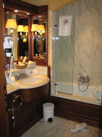 Grand Hotel des Alpes: Bathroom at #408 at Grand Hôtel des Alpes in Chamonix