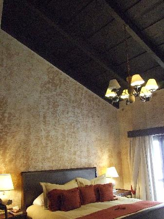 El Convento Boutique Hotel: High ceilings in our room