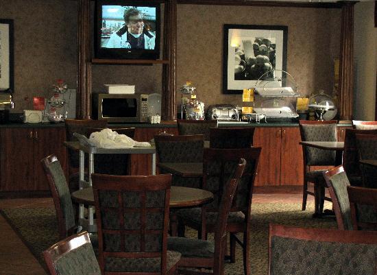 Hampton Inn Lima: Breakfast room and buffet at Hampton Inn