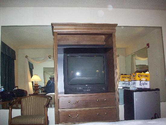 Hilltop Inn & Suites: more mirrors and fridge