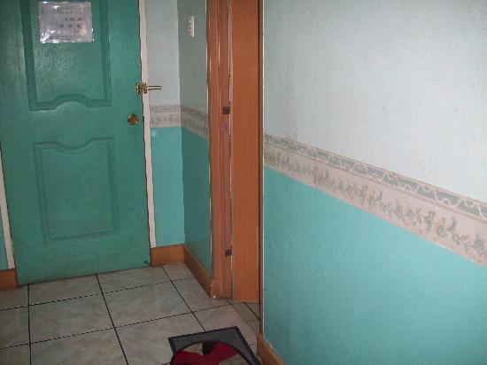 La Brea Inn: Entrance to the Room