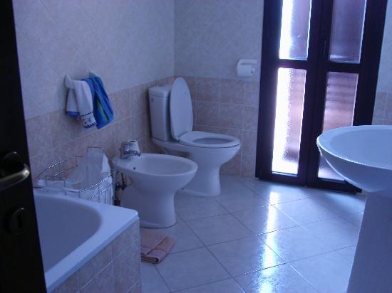 Casa Rosada Alghero: Main bathroom of two