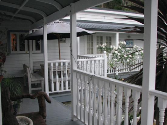 Aroha Mountain Lodge: front porch