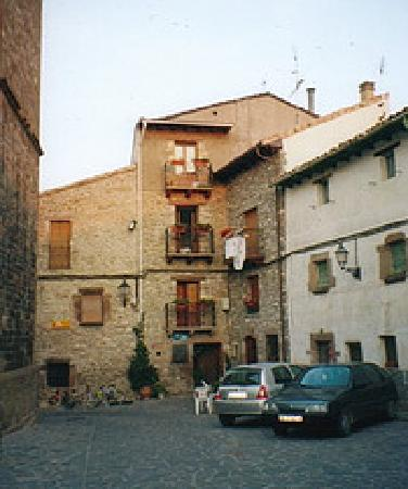 Berdún, España: The hotel and the village square