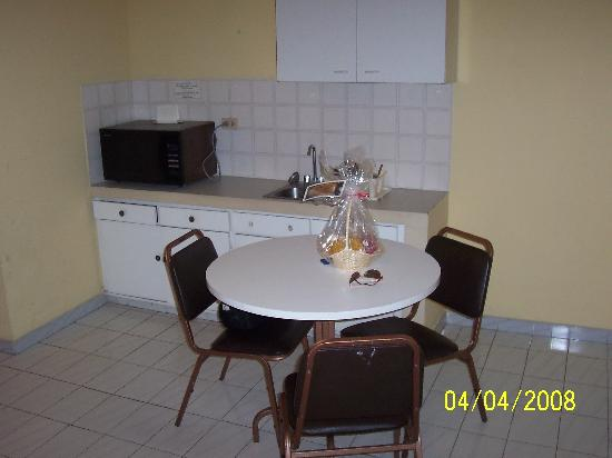 Aparthotel Alfa: microwave, dining table, sink, dishware