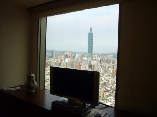 Shangri-La's Far Eastern Plaza Hotel Taipei: TV and the