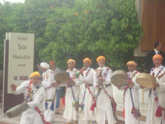 Sidi Harazem, Maroko: Accueil folklorique Face Hôtel