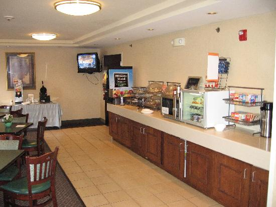 Fairfield Inn Manchester-Boston Regional Airport: Breakfast bar