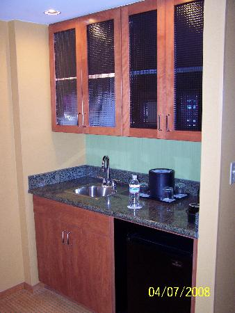 SpringHill Suites Virginia Beach Oceanfront: kitchenette - microwave inside cabinet