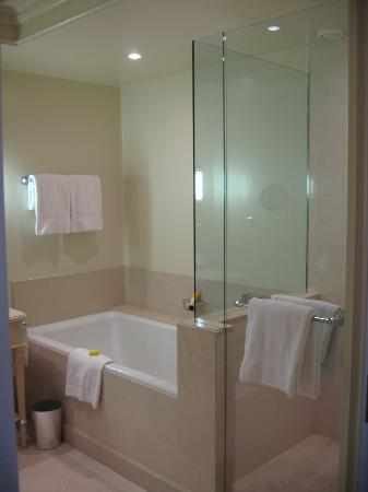 Four Seasons Hotel des Bergues Geneva : Bathroom (1)