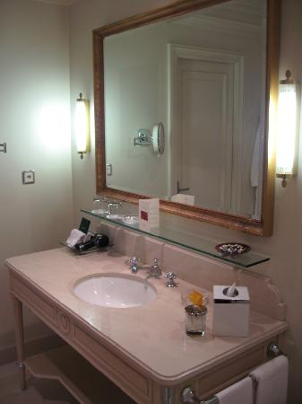 Four Seasons Hotel des Bergues Geneva : Bathroom (2)