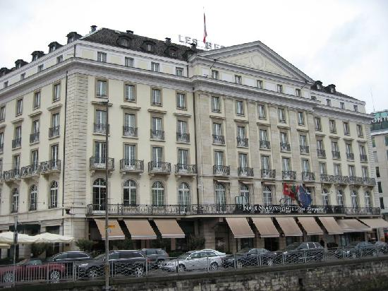 Four Seasons Hotel des Bergues Geneva : Outside of the hotel