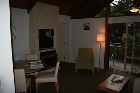 Grand Mercure Puka Park Resort: The lounge - same size mirror image of bedroom