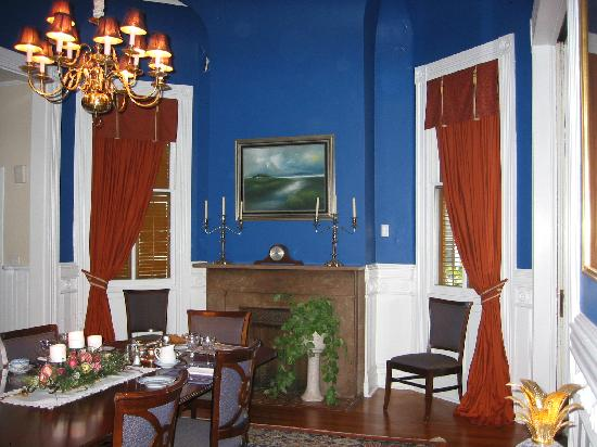 Five Continents Bed and Breakfast: The elegant dining room for breakfast