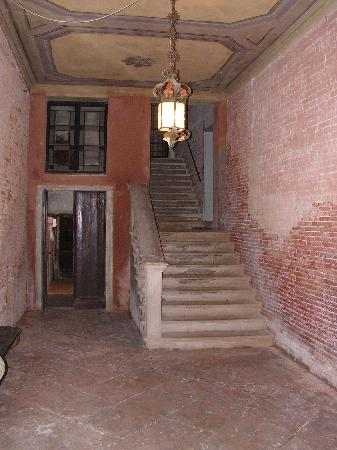 Palazzetto Barbaro  del Giglio: The entrance lobby with water well!