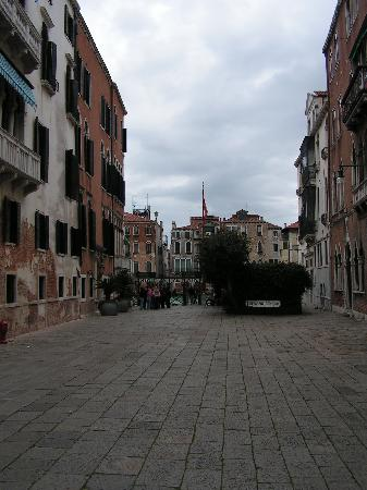 Palazzetto Barbaro  del Giglio: The little sqaure in front with the grnad canal and its gondalier crossing
