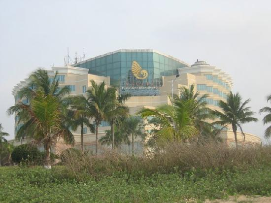 Sanya Treasure Island Sea View Hotel : The Building from the beach