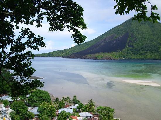 Maluku Islands, Indonesien: View across to the volcano