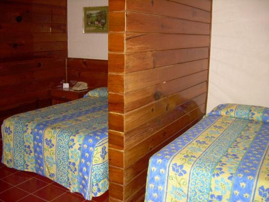 سويتس كولونيال: Two beds at room #105 at Suites Colonial