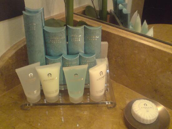 Shangri-La Hotel, Qaryat Al Beri, Abu Dhabi: ibnbattota  Aigner toiletries