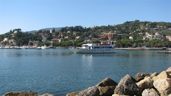 Rapallo, Italie : Ferry going to Portofino