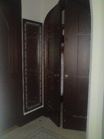 Shangri-La Hotel, Qaryat Al Beri, Abu Dhabi: the closet