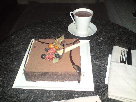 Shangri-La Hotel, Qaryat Al Beri, Abu Dhabi: the yummy cake