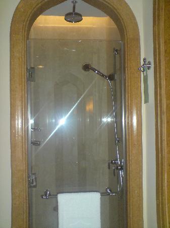 Shangri-La Hotel, Qaryat Al Beri, Abu Dhabi: big shower