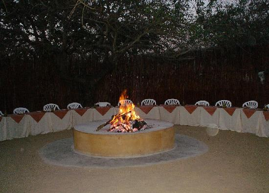 Pezulu Tree House Game Lodge: dinner under the stars in the boma