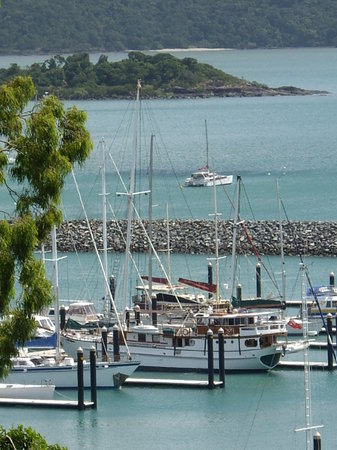 Whitsunday Moorings Bed and Breakfast : View down to the Pacific Sunrise