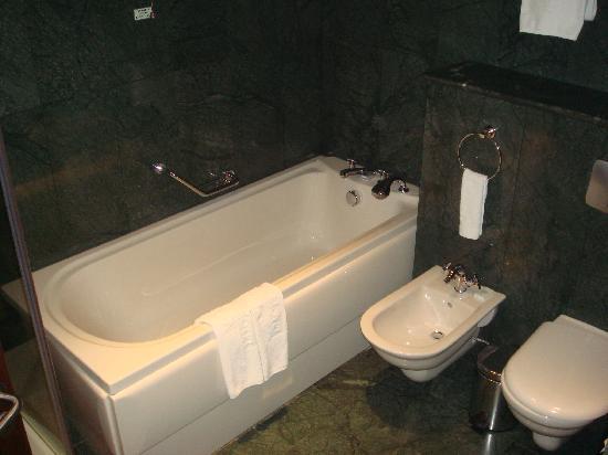 Grand Hotel Sofia: Clean bathroom
