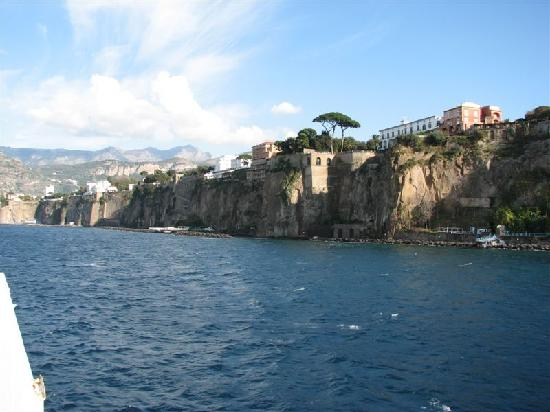 Sorrento, Olaszország: Cliffs from the ferry