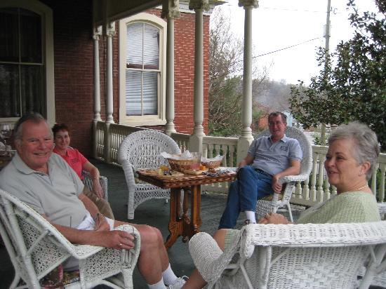 The Carriage House Inn Bed and Breakfast: THE PORCH IS PERFECT FOR ENTERTAINING!