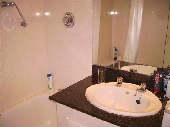 Great National South Court Hotel: Bathroom